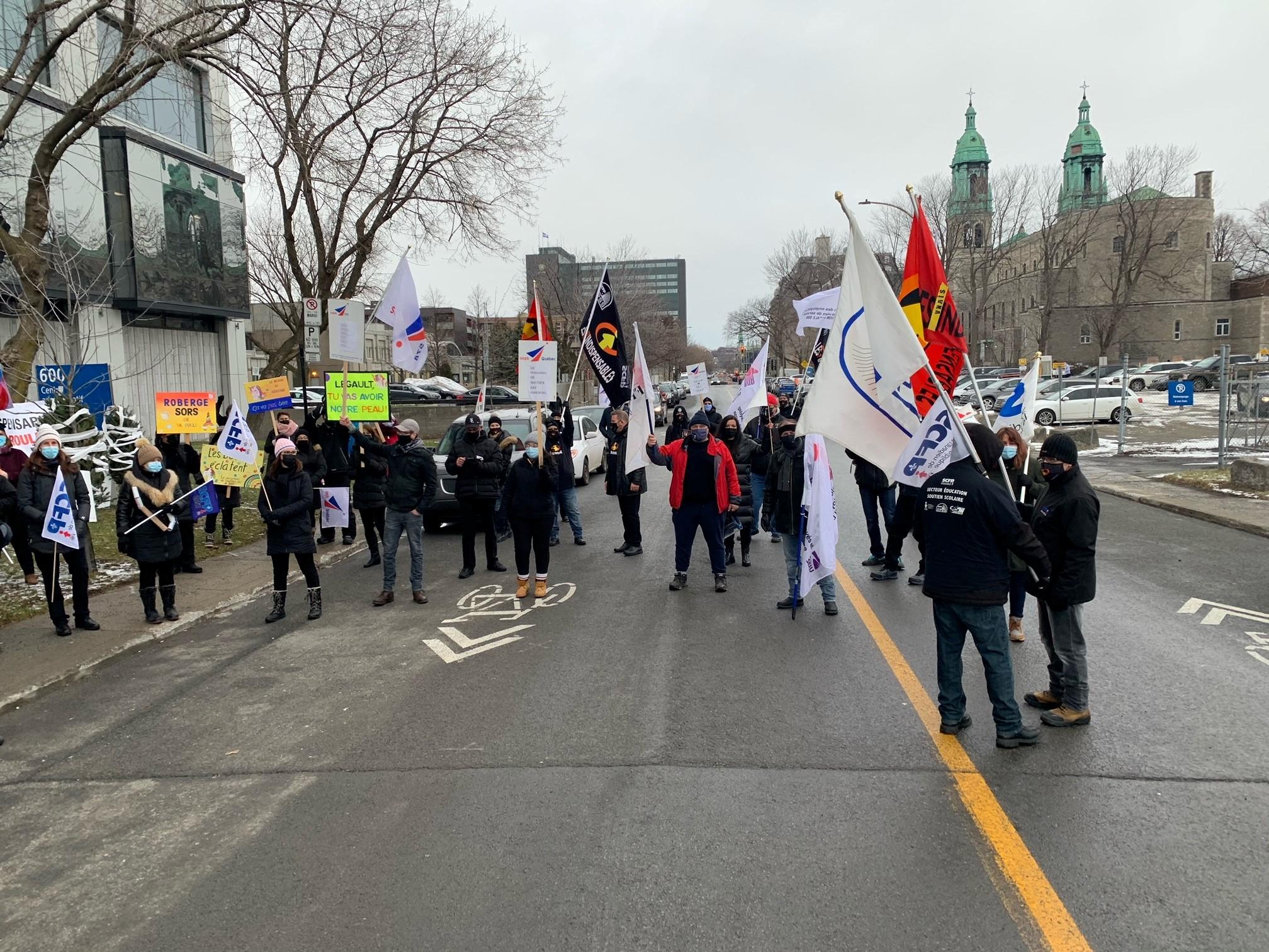 Le personnel de soutien du secteur de l'éducation manifeste devant les bureaux du ministère de l'Éducation à Montréal et à Québec